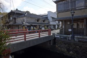 ペリーロードには吉田松陰が駆け込んだとされる商家の建物がいまだ残る。現在はなんとソウル・バー。