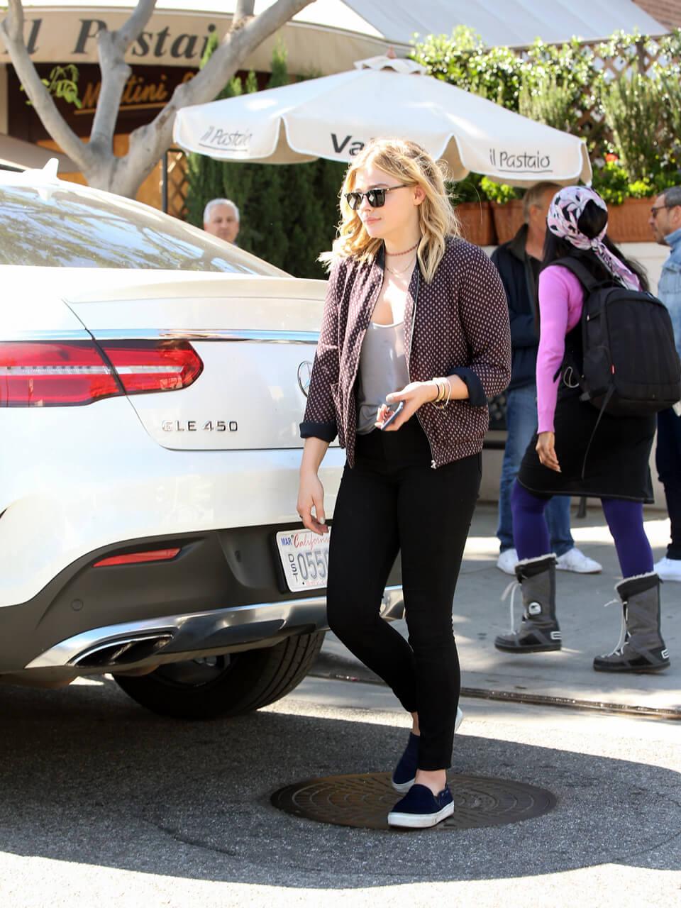 カワイくて、カッコいい! 「フィフス・ウェイブ」のクロエ・モレッツはメルセデス党!? - Chloe Moretz's casual look