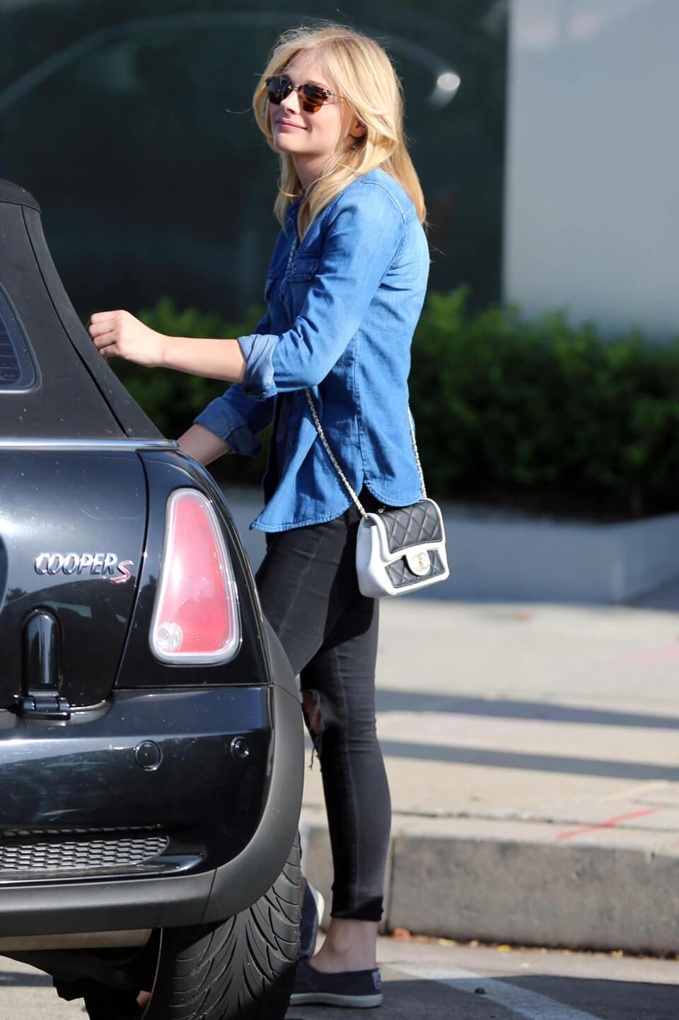 カワイくて、カッコいい! 「フィフス・ウェイブ」のクロエ・モレッツはメルセデス党!? - Chloe Moretz gets into her car