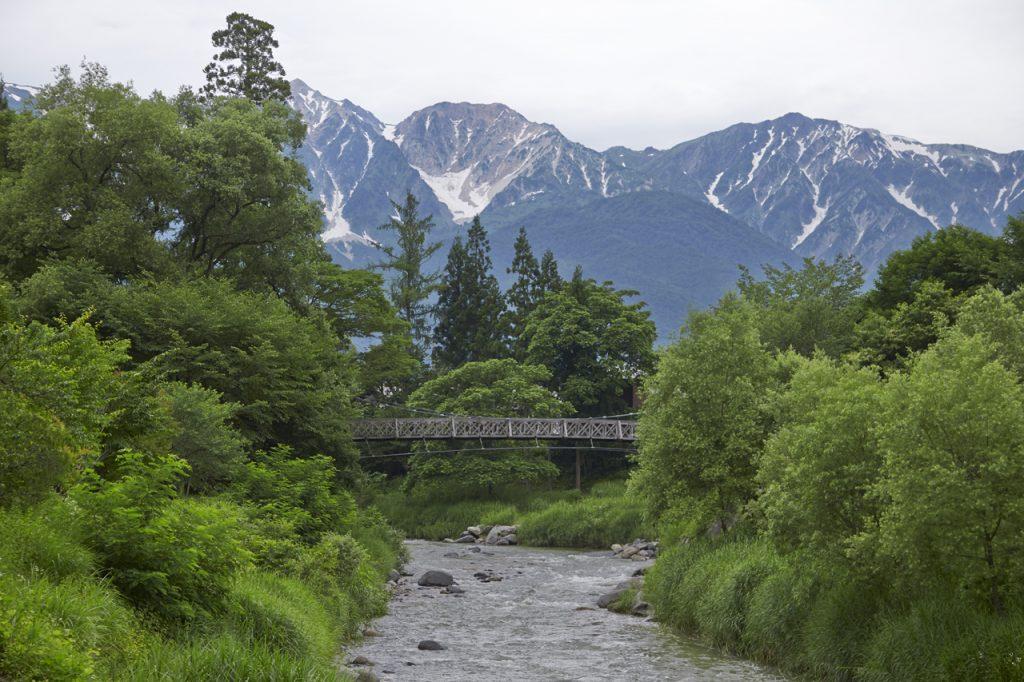 白馬村にある「大出の吊り橋」は、北アルプスを望む絶好の撮影ポイントだ。