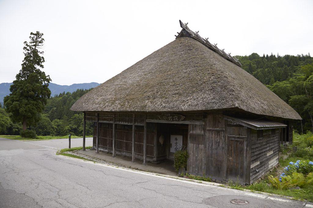旧千国宿には現存する唯一の牛方宿が。付近には復元された番所跡もあり、往時の面影をよく残している。