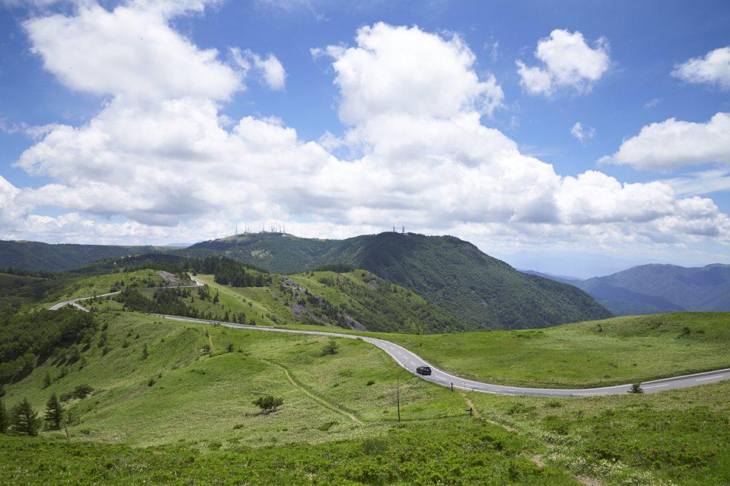 塩の道からは外れるものの、長野県は絶景ドライブコースが盛りだくさん。 こちらは松本の東、およそ1時間ほどのところにある「美ヶ原高原道路」。 ほかにも「ビーナスライン」「高ボッチスカイライン」などがある。