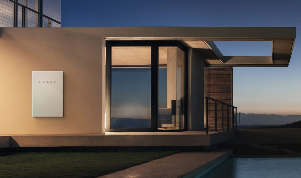Primeiro, algumas informações sobre o Powerwall 2 da Tesla — uma bateria de íon de lítio de 120 quilograma (264 libras) que pode ser montada em sua parede. Panasonic faz as células para a bateria, enquanto Tesla constrói o módulo de bateria e o pacote. O produto não é o único no mercado, veja os concorrentes do Powerwall aqui.(Foto: Tesla)