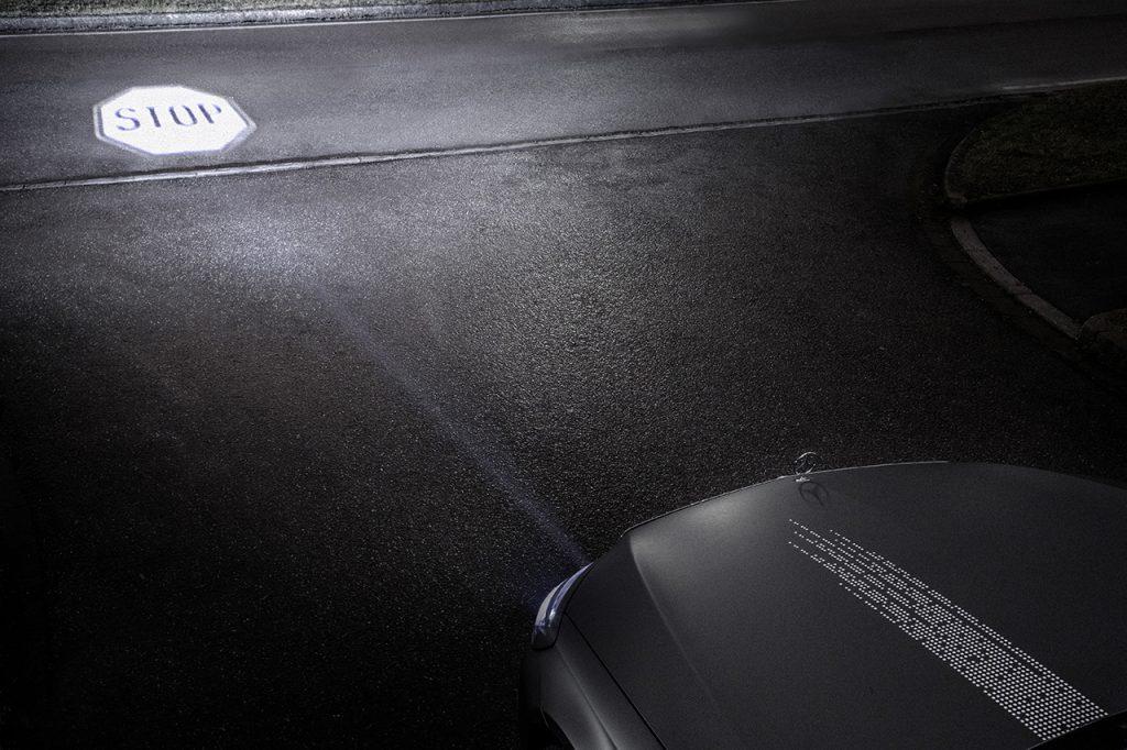 道路にライトで文字を書く!  メルセデス・ベンツが新型ヘッドライトを発表 -
