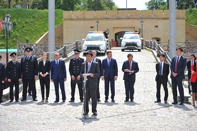 キエフで開かれた納車式で、三菱自動車工業の益子修氏は「環境に優しいだけでなく、電子制御式4WDのS-AWCなどを搭載し、警察車両にふさわしい」とアピールした。