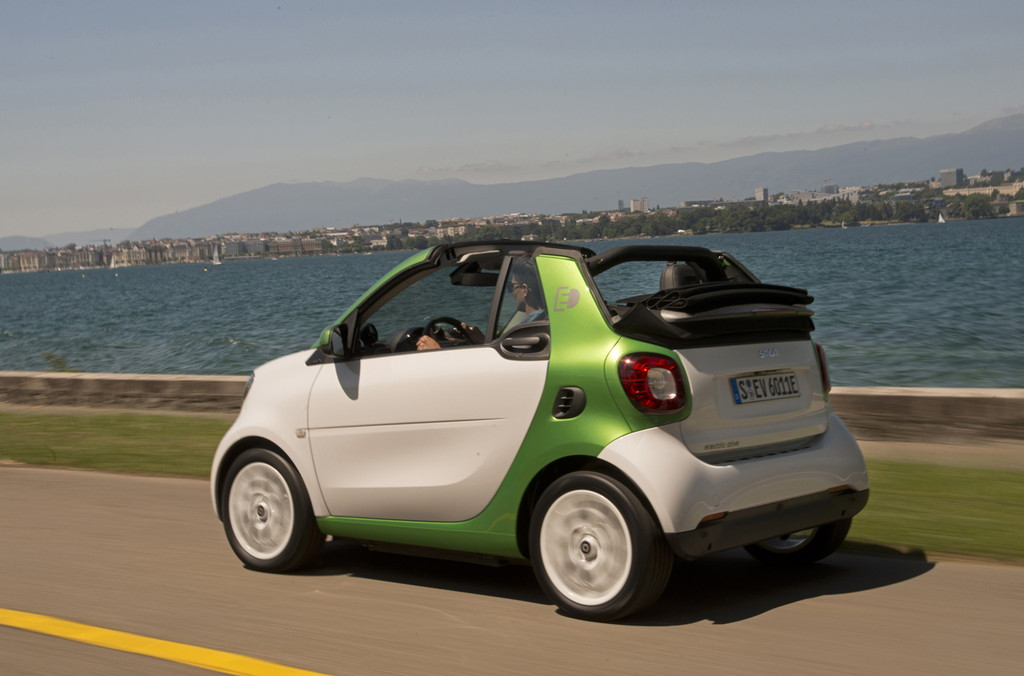 smart fortwo cabrio electric drive; prime, white, electric green;Stromverbrauch kombiniert: 13,0 kWh/100 km; CO2-Emissionen kombiniert: 0 g/km* smart fortwo cabrio electric drive; prime, white, electric green;Electric energy consumption: 13.0 kWh/100 km; CO2 emissions, combined: 0 g/km*