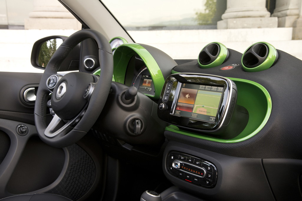 smart fortwo cabrio electric drive; tailormade, electric green;Stromverbrauch kombiniert: 13,0 kWh/100 km; CO2-Emissionen kombiniert: 0 g/km* smart fortwo cabrio electric drive; tailormade, electric green;Electric energy consumption: 13.0 kWh/100 km; CO2 emissions, combined: 0 g/km*