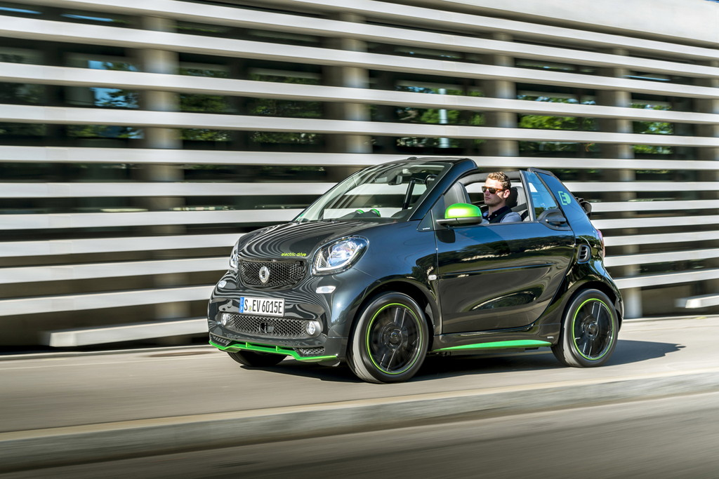 smart fortwo cabrio electric drive; black, greenflash;Stromverbrauch kombiniert: 13,0 kWh/100 km; CO2-Emissionen kombiniert: 0 g/km* smart fortwo cabrio electric drive; black, greenflash;Electric energy consumption: 13.0 kWh/100 km; CO2 emissions, combined: 0 g/km*