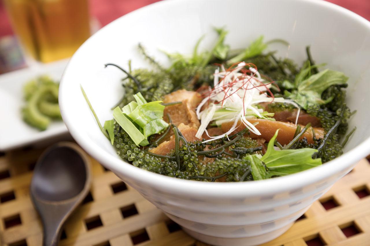 ▲オシャレな海カフェ/山カフェが増加中。こちらはラフテー丼の海ぶどう添え。