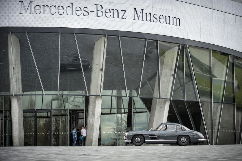 "Ein 300 SL ""Flügeltürer"" vor dem Mercedes-Benz Museum; am Samstag den 10. Juni 2017 werden es voraussichtlich 100 dieser Fahrzeuge sein.   A 300 SL ""Gull-wing"" model in front of the Mercedes-Benz Museum; on Saturday 10 June 2017 around 100 of these cars are expected."