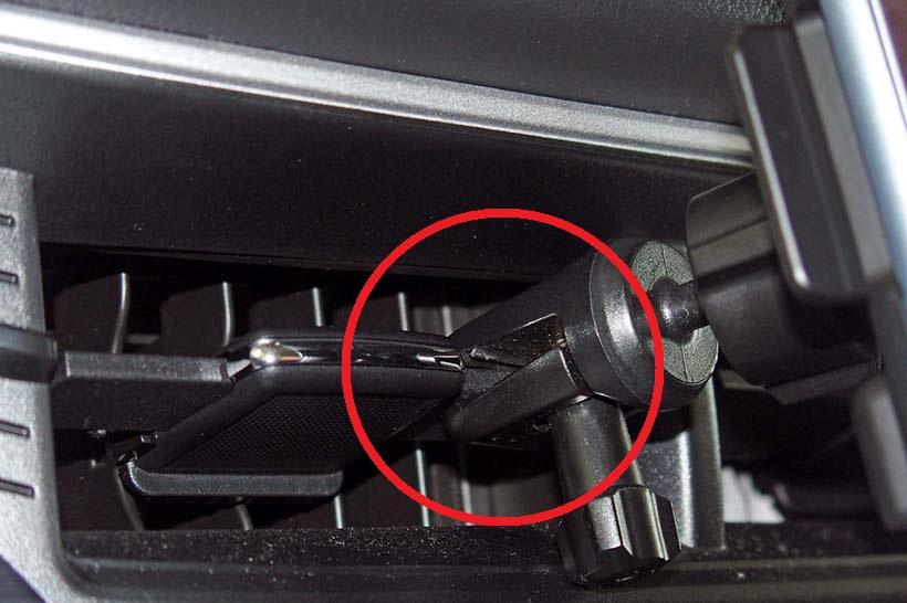↑クルマ側のベンチレーター用ルーバーに取り付ける「Incipio Vehicle Dock」のクリップ